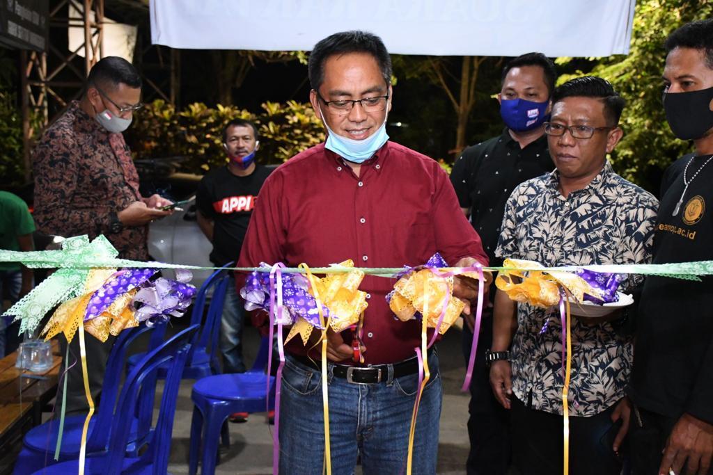 Calon Wakil Walikota Makassar, Rahman Bando, memenuhi undangan peresmian Warung Kopi (Warkop)