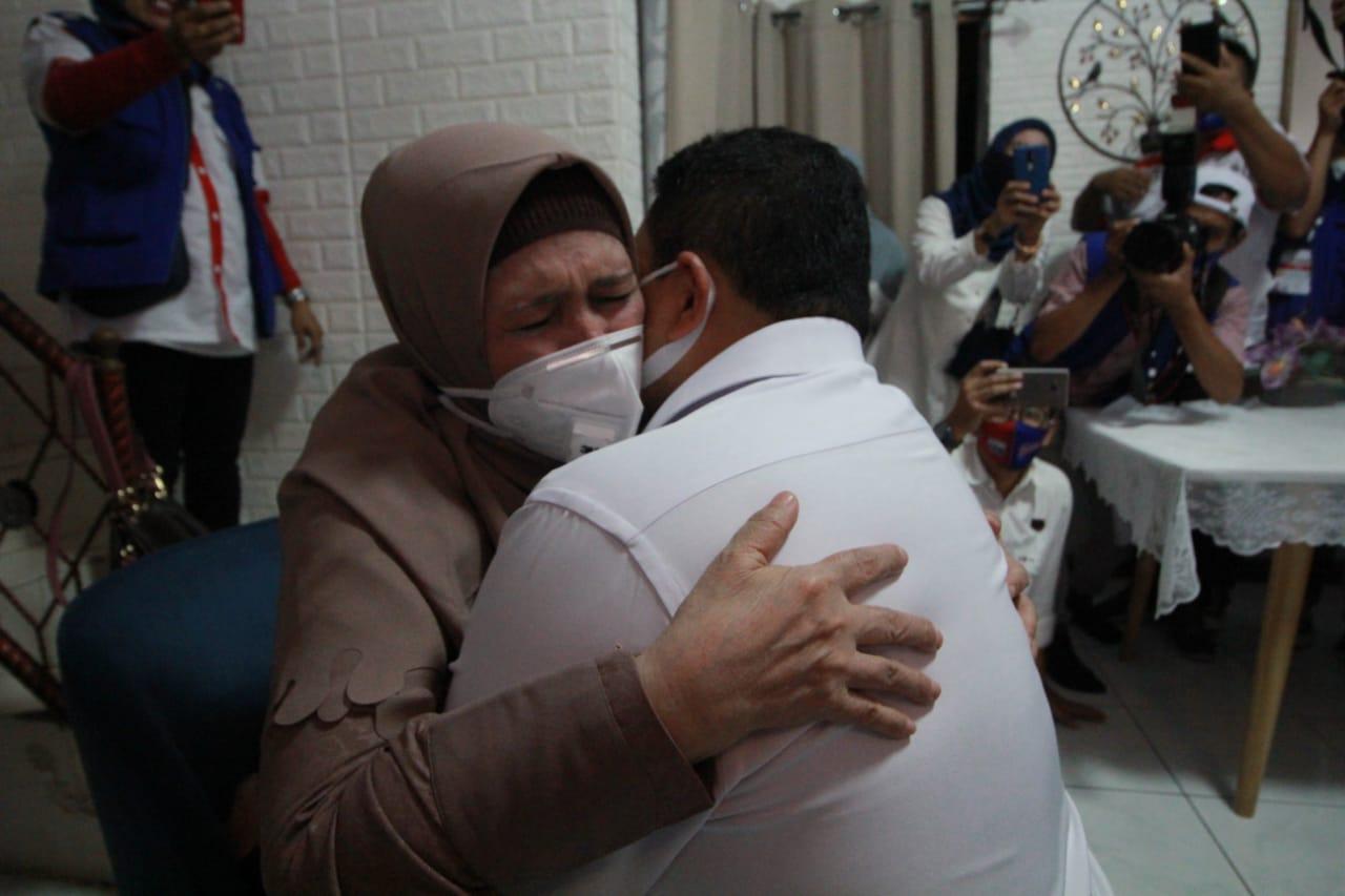 Appi-Rahman Sungkeman ke Orang Tua Sebelum Mendaftar di KPU Makassar